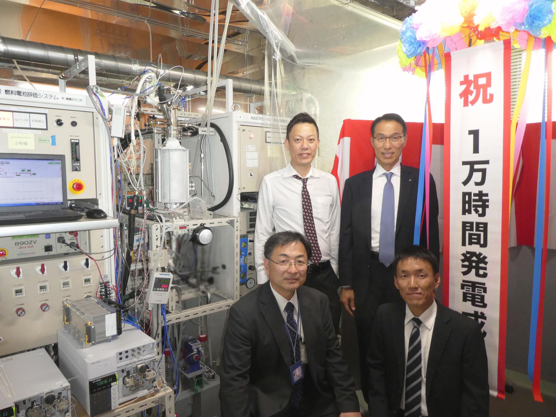 1万時間試験発電成功を喜ぶアサヒグループの社員(2019年5月、九州大学にて)