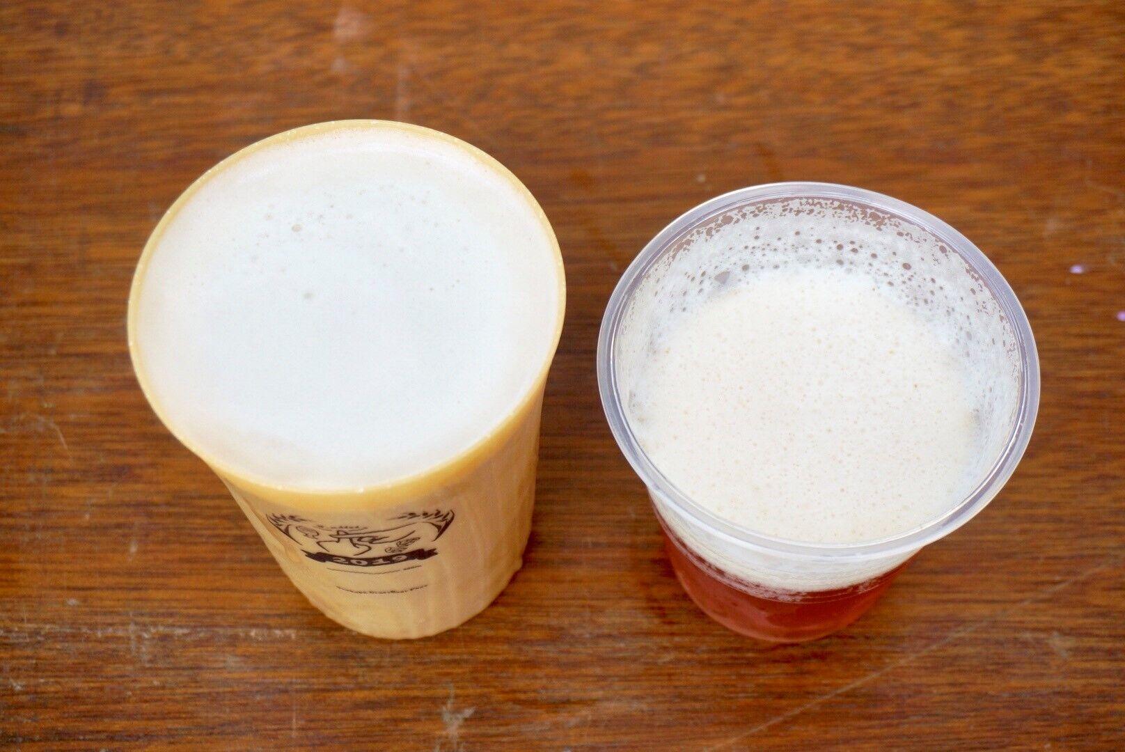 注いでから10分弱経過したビール(左:「森のタンブラー」、右:通常のプラスチックカップ)