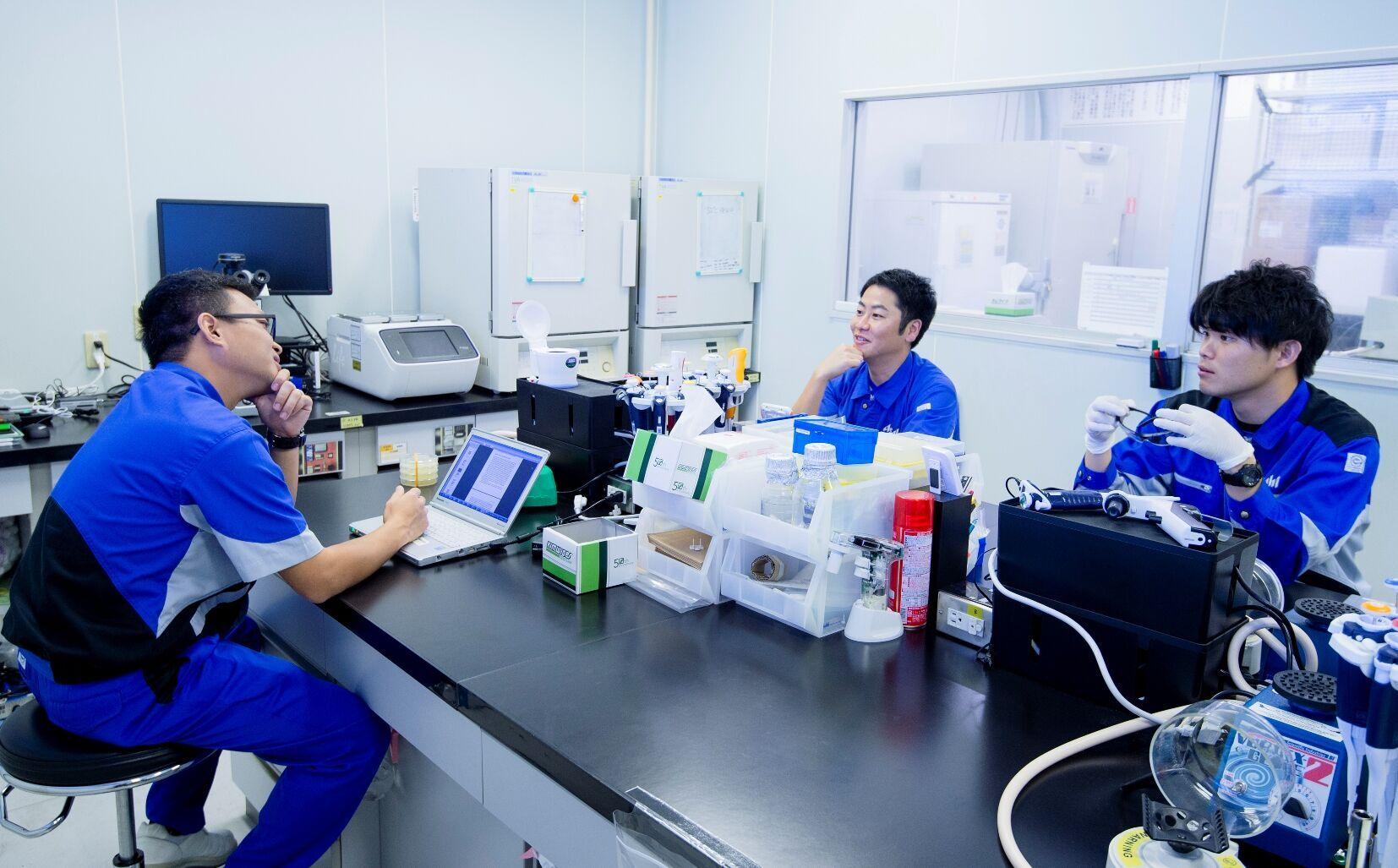 実験室で会話する研究員たち