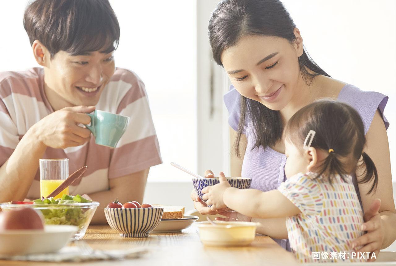 仲良く食卓を囲む家族のイメージ写真
