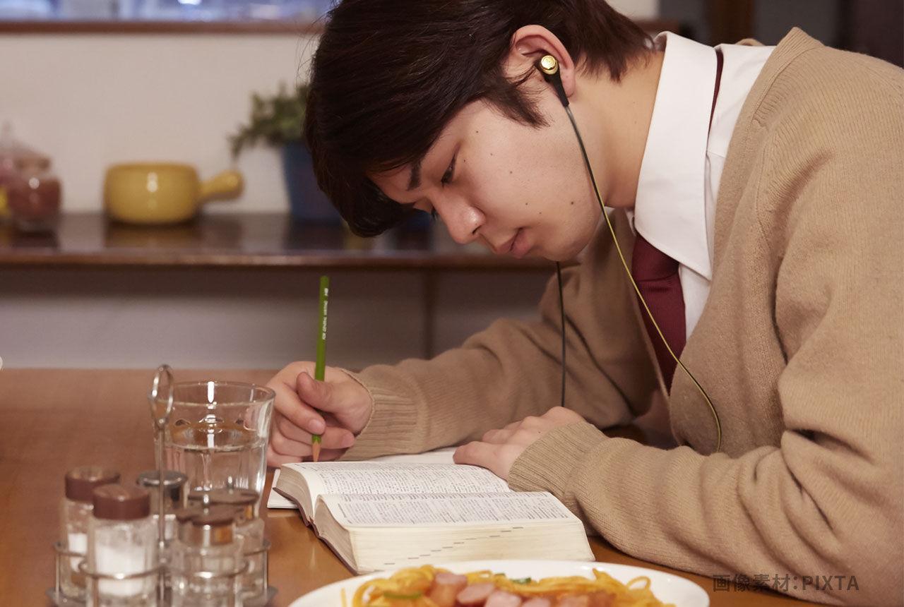 一人で食事をする高校生のイメージ画像