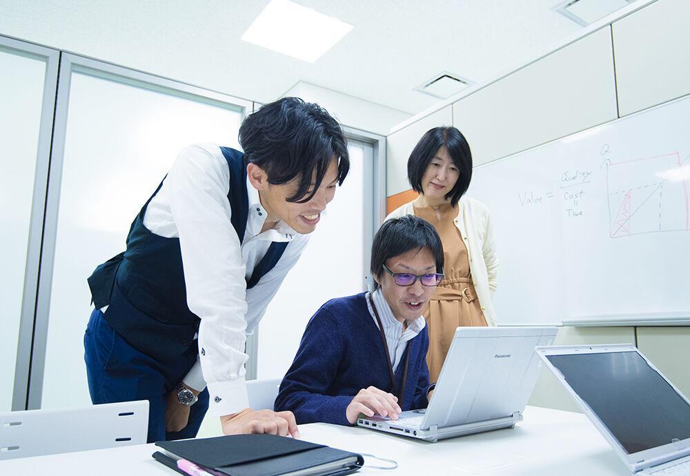 AQI事業化戦略部インタビュー写真(打ち合わせ風景)
