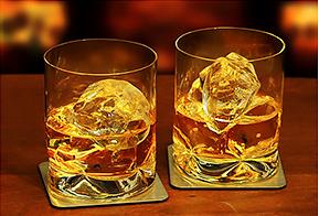 グラスにはいったウイスキーの写真