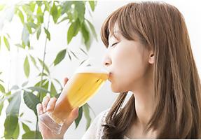 ノンアルコールビールを飲む女性のイメージ画像