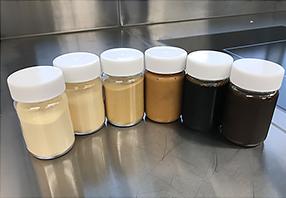 調味料のラインアップ画像、色がことなる7種類の調味料が並んでいる様子
