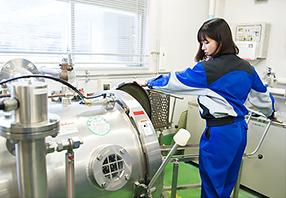 開発イメージ画像、試験用の殺菌機を操作する様子