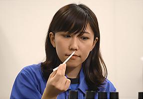 開発イメージ画像、味づくりにおける香料の選定の様子